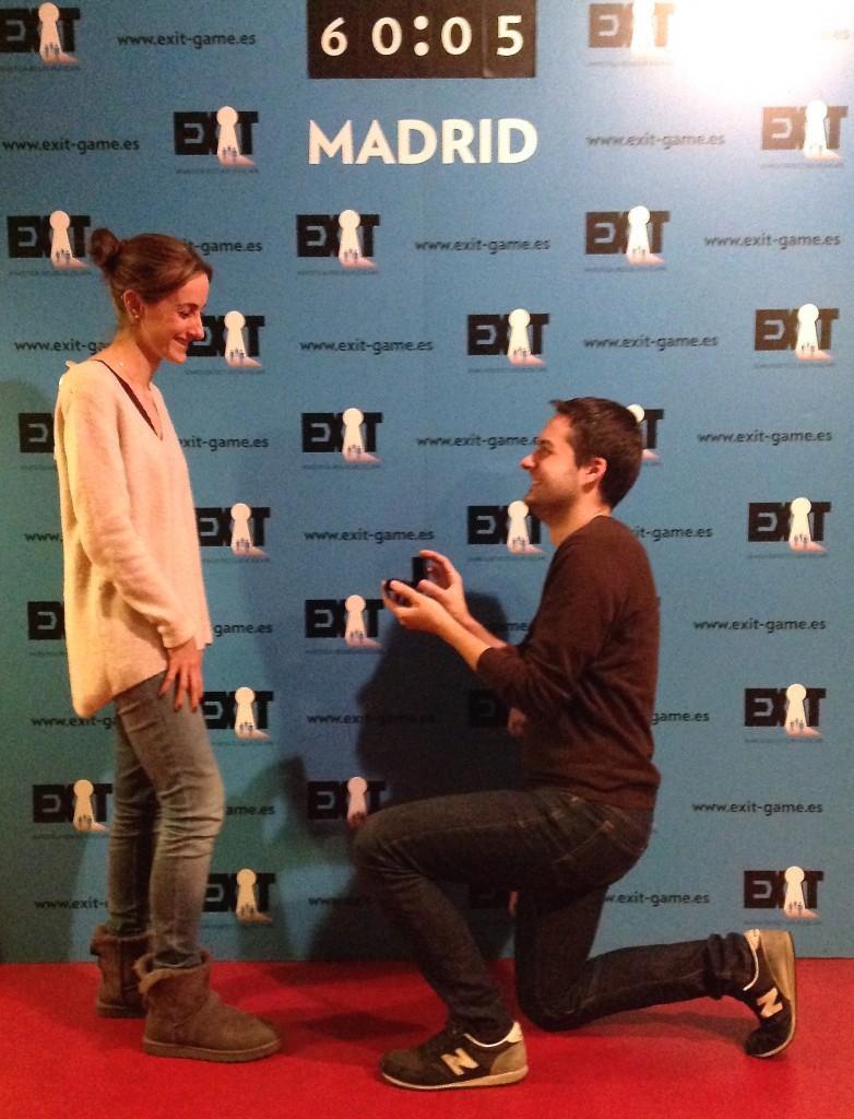 Dani y Julie repitiendo el momento de la pedida para nuestra cámara. ¡Enhorabuena!